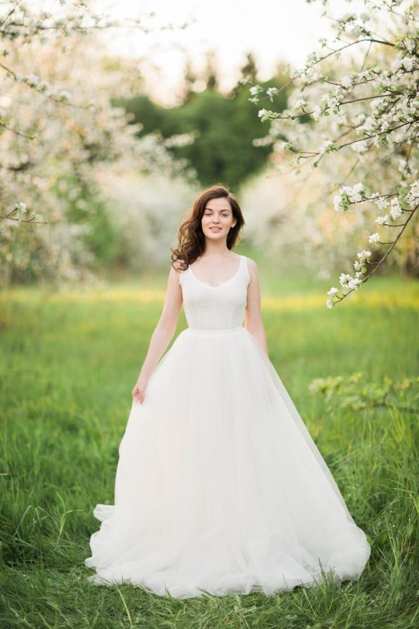 Off-white sleeveless wedding dress